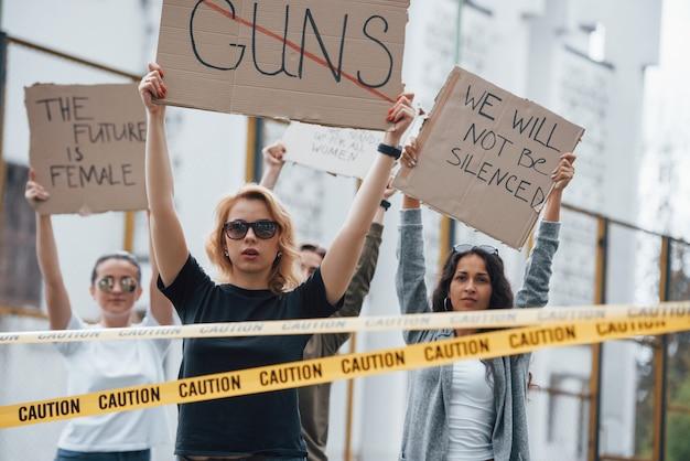 Eles acham que o futuro é feminino. grupo de mulheres feministas protestam por seus direitos ao ar livre Foto gratuita