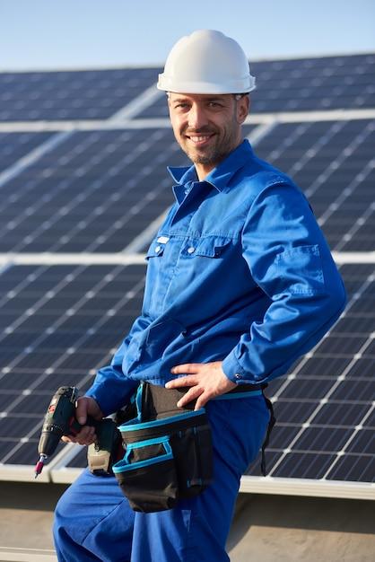 Eletricista montando painel solar em telhado de casa moderna Foto Premium