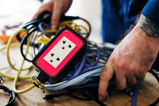 Eletricista que trabalha casa conserto instalação Foto gratuita