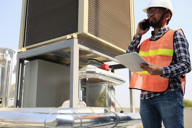 Eletricistas estão trabalhando na inspeção e manutenção de equipamentos Foto Premium