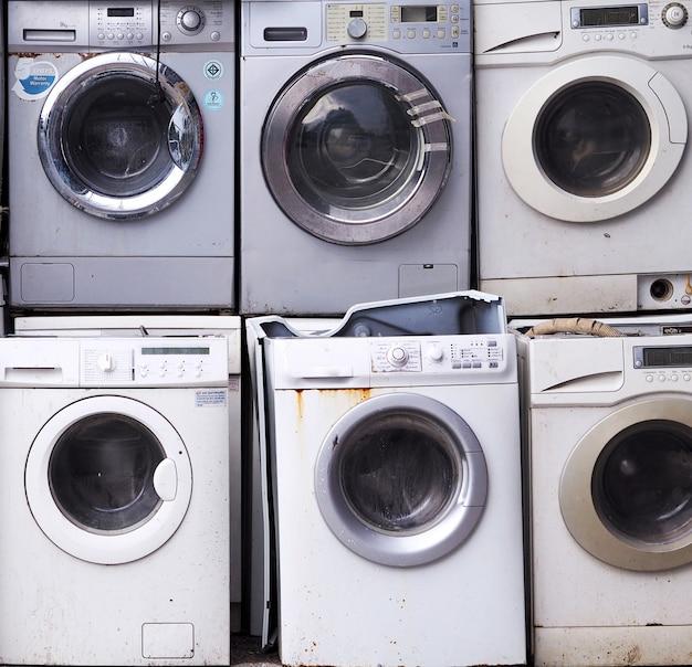 Eletrônica máquina de lavar roupa resíduos velhos, usados e obsoletos equipamentos eletrônicos para reciclagem na indústria de fábrica. Foto Premium