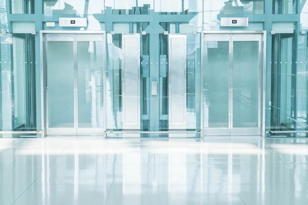 Elevador transparente na passagem subterrânea Foto gratuita