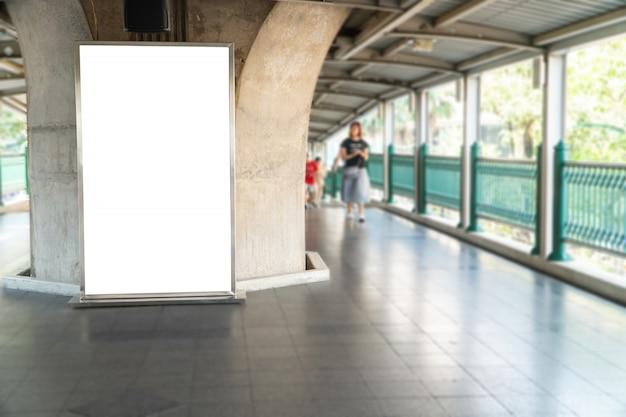 Em branco mock up de outdoor cartaz vertical na perspectiva horizontal pendente na plataforma de trem do céu Foto Premium