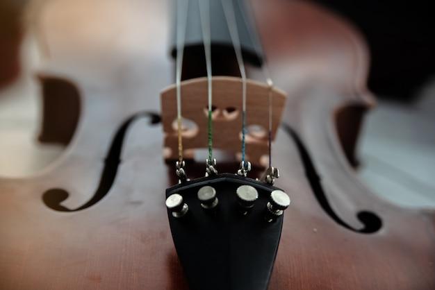 Em foco seletivo de afinadores finos na frente do violino, partes do instrumento Foto Premium