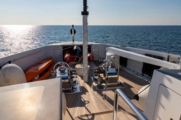Em frente ao navio de cruzeiro dirigindo-se ao mar no dia ensolarado Foto Premium