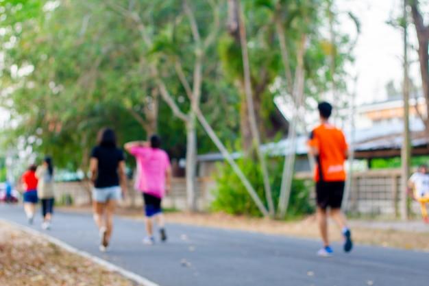 Em pessoas borradas correndo correndo Foto Premium