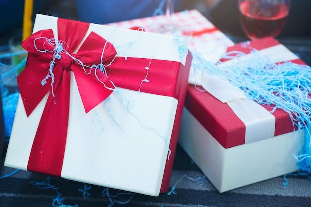Embalado em uma caixa de presente, caixa de presente para o natal e feliz ano novo com efeito de spray estilo vintage retro Foto Premium