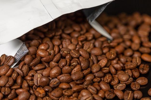 Embalagem com grãos de café. fechar-se. Foto Premium