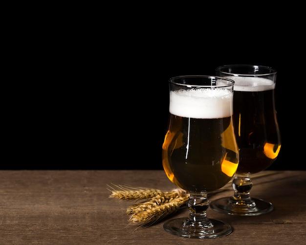 Embalagem de vidro com cerveja Foto gratuita