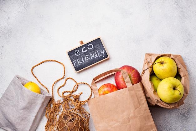 Embalagem eco-friendly. sacos de papel e algodão Foto Premium