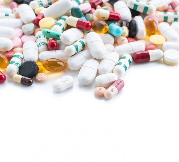 Embalagens de pílulas e cápsulas de medicamentos Foto gratuita