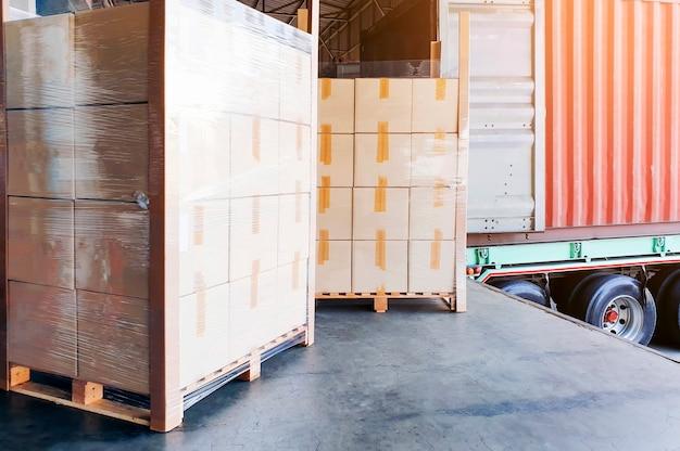 Embarcação de contêiner de caminhão carga carga expedição no armazém Foto Premium
