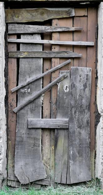 Embarcou a porta de madeira para uma velha casa abandonada Foto Premium