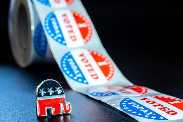 Emblema do partido republicano americano, um elefante, juntamente com adesivos de voto no dia da eleição. Foto Premium