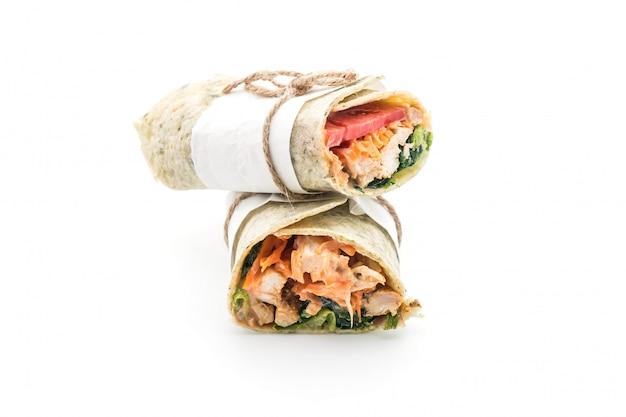Embrulhe rolinho de salada com frango e espinafre Foto Premium