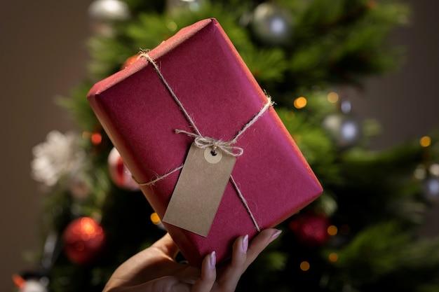 Embrulho de presente de natal chique em casa Foto gratuita