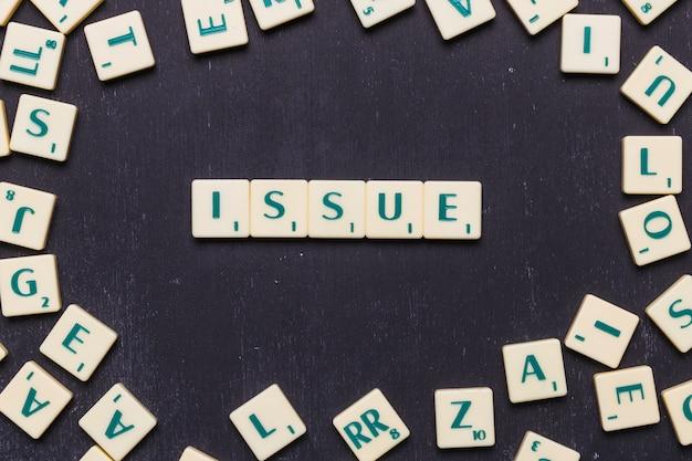 Emitir letras scrabble dispostos sobre o pano de fundo preto Foto gratuita