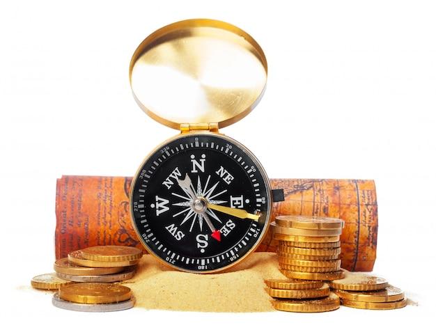 Empilhamento de moedas com bússola. conceito de economia de dinheiro Foto Premium