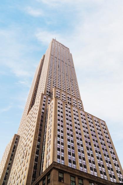 Empire state building em dia ensolarado Foto gratuita