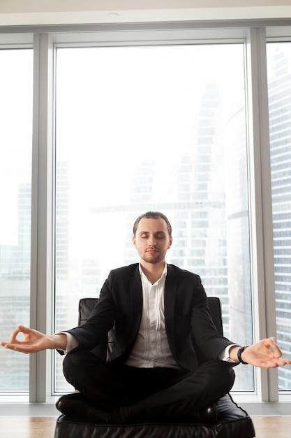 Empreendedor concentra-se em pensamentos positivos Foto gratuita