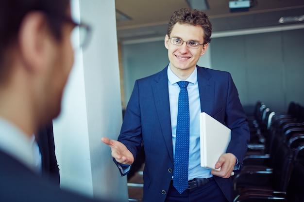 empreendedor confiavel laptop segurando 1098 4103 - Seguro de Responsabilidade Civil: evitando prejuízos para o seu negócio