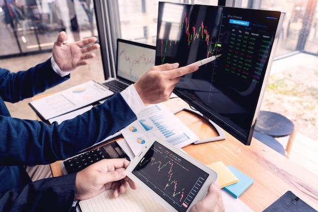 Empreendedor trading discutindo e análise de dados Foto Premium