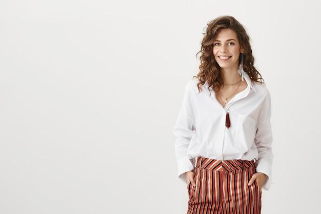 Empreendedora confiante e atraente sorrindo Foto gratuita