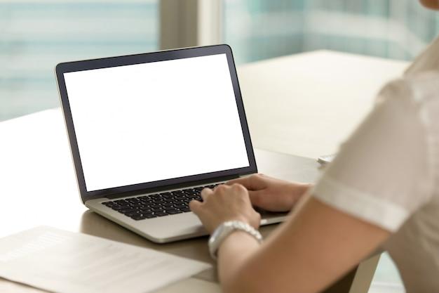 Empreendedora examina resultados financeiros Foto gratuita