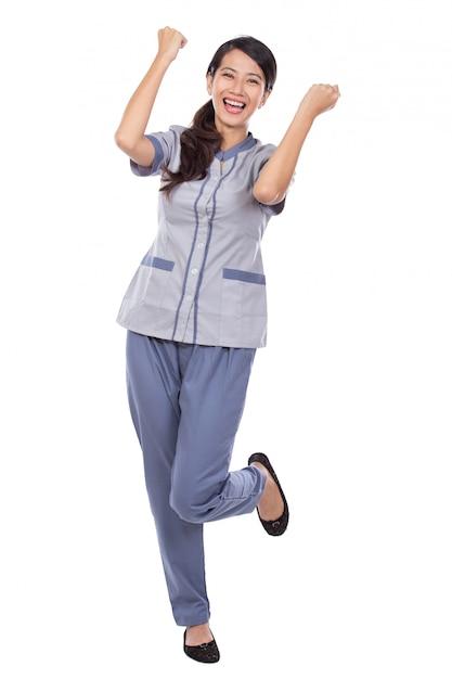 Empregada asiática bonita de uniforme muito animado Foto Premium