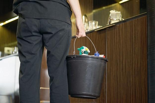 Empregada de limpeza de um quarto de hotel Foto Premium