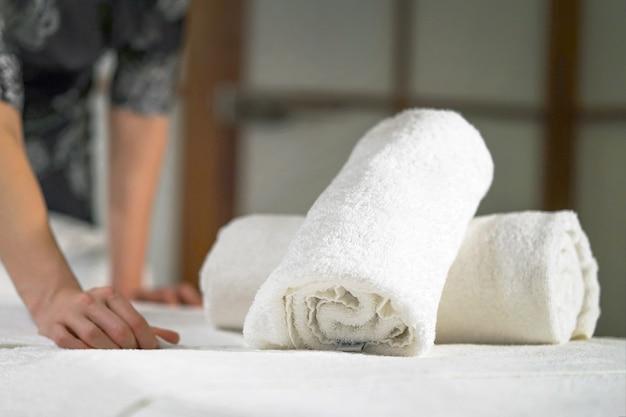 Empregada de limpeza no spa. massagista de mulher no local de trabalho. o conceito de saúde e beleza. Foto Premium