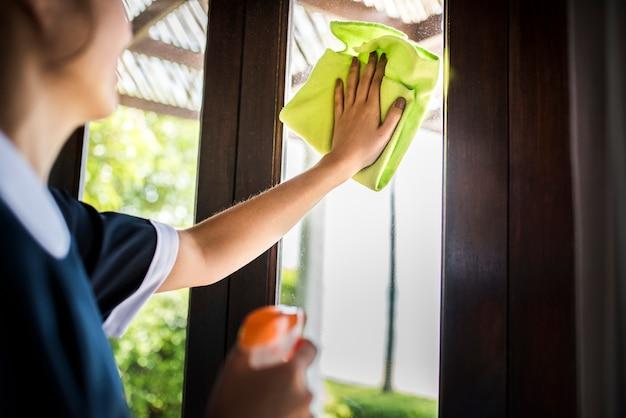 Empregada, limpeza, um, quarto hotel Foto Premium