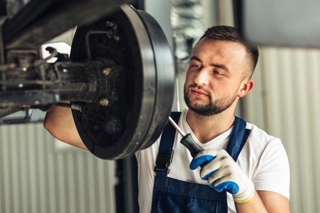 Empregado de homem mecânico de vista frontal Foto gratuita