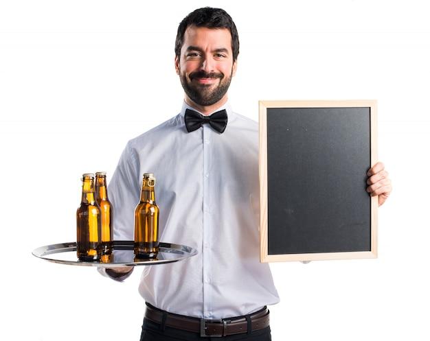 empregado de mesa com garrafas de cerveja na bandeja com um cartaz vazio baixar fotos gratuitas. Black Bedroom Furniture Sets. Home Design Ideas