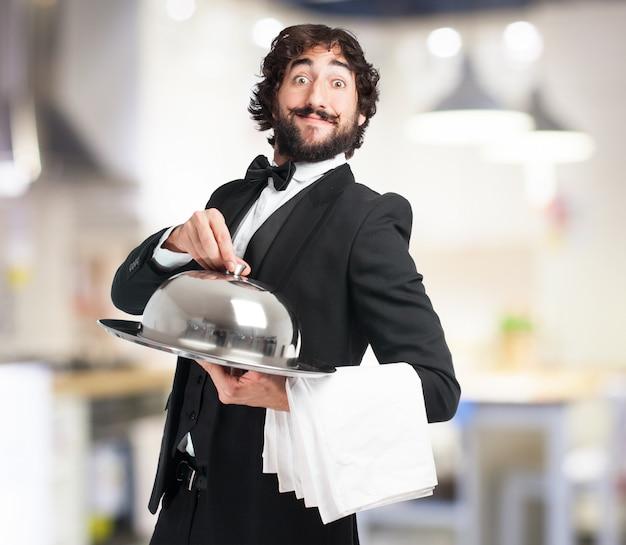 Empregado de mesa com uma bandeja Foto gratuita
