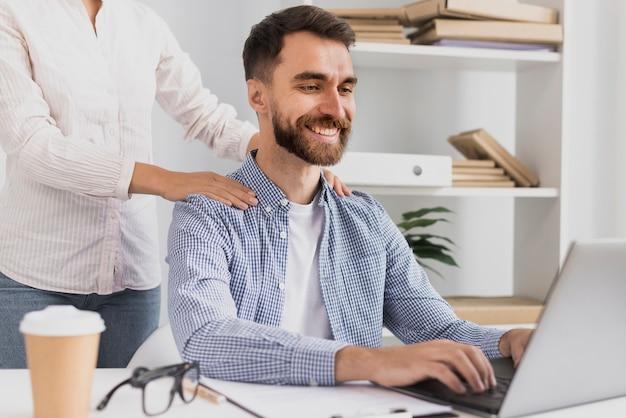 Empregado do sexo masculino vista frontal com uma massagem Foto gratuita