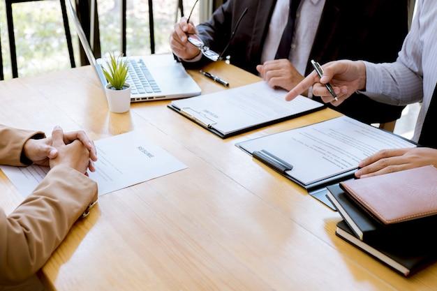 Empregador entrevistando para pedir jovem candidato a emprego para recrutamento falando no escritório Foto Premium