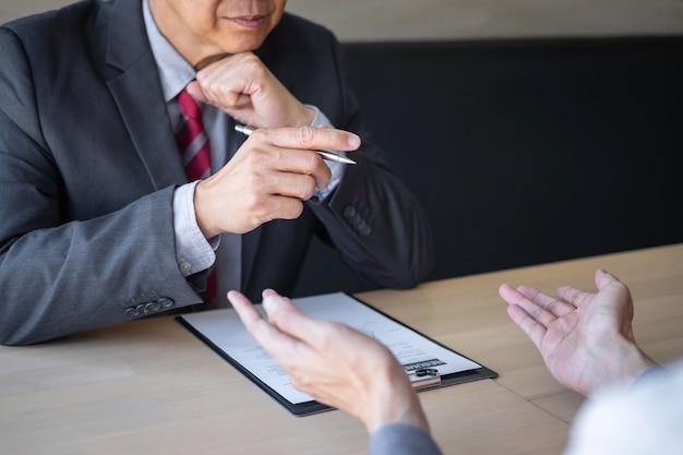 Empregador que chega para uma entrevista de emprego, empresário ouve respostas de candidatos que explicam sobre seu emprego de sonho de perfil e conversa, gerente sentado no emprego entrevista falando no escritório Foto Premium