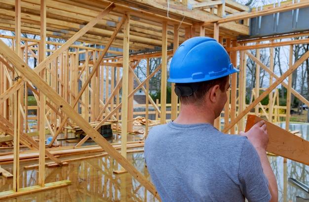 Empreiteiros de construção construindo nova casa Foto Premium