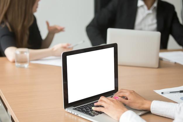 Empresária africana, analisando as estatísticas no laptop na reunião do grupo Foto gratuita