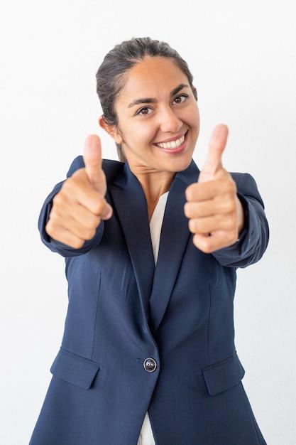 Empresária alegre mostrando os polegares Foto gratuita