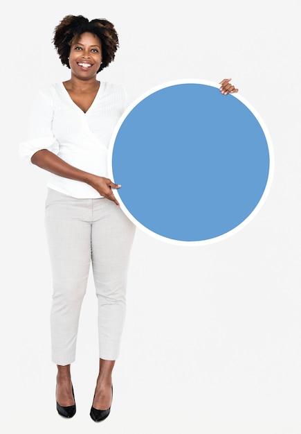 Empresária alegre segurando uma placa redonda azul Foto gratuita