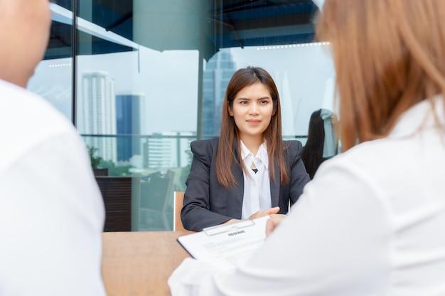 Empresária animada ou candidato sendo entrevistado por gerentes Foto Premium