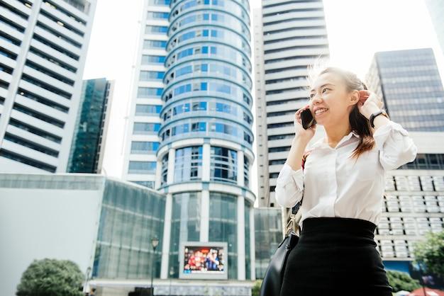 Empresária asiática em uma cidade Foto Premium