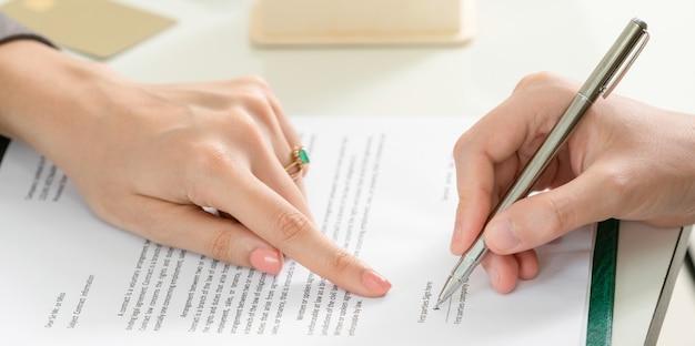 Empresária assina contrato contrato no escritório. Foto Premium