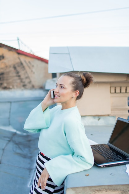 Empresária bonitinha falando ao telefone. Foto Premium