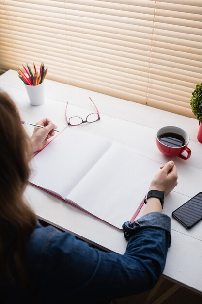 Empresária casual, trabalhando em sua mesa no escritório Foto Premium