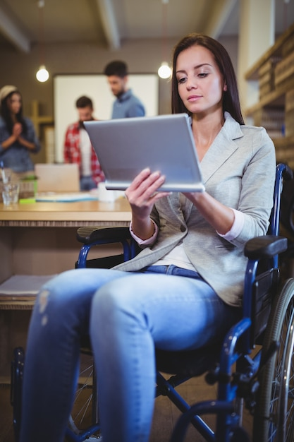 Empresária com deficiência usando tablet digital Foto Premium