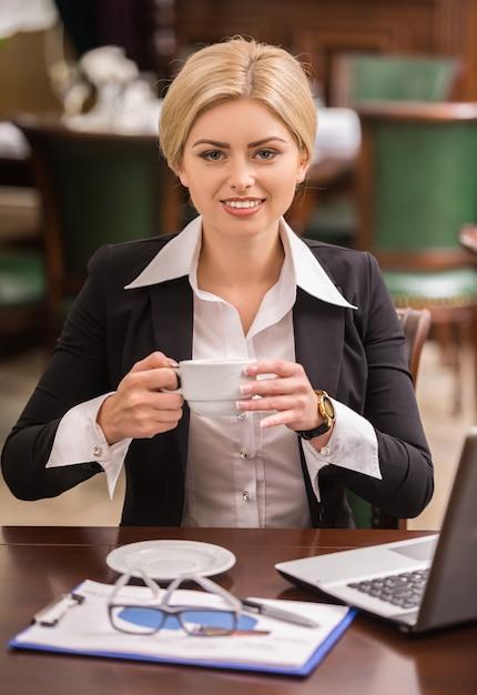 Empresária confiante, sentado à mesa no café. Foto Premium