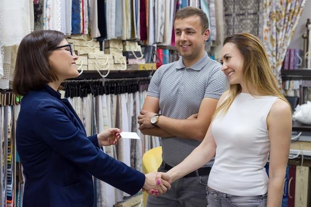 Empresária dá cartão de visita de casal aperta as mãos Foto Premium